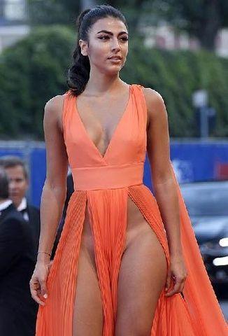 Famosas modelos usando roupas sem calcinha no festival em Veneza