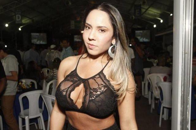 Famosa Mulher Melão exibe peitos roupa transparente no Rio de Janeiro