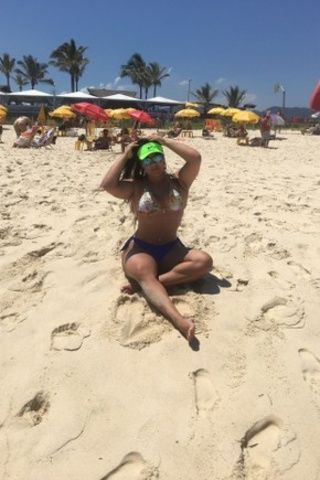 Mulher Melancia loirando pelos no bumbum na praia no Rio de Janeiro