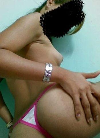 Magrinha assanhada de 27 aninhos peladinha mostrando bucetinha rosada