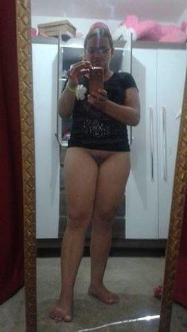Morena coxuda de Fortaleza CE tirando fotos sem calcinha