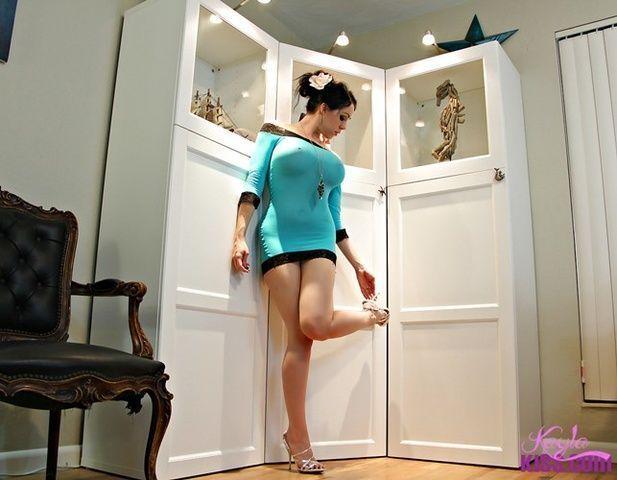 Branquinha Kayla Kiss de vestido exibindo peitos grandes com silicones