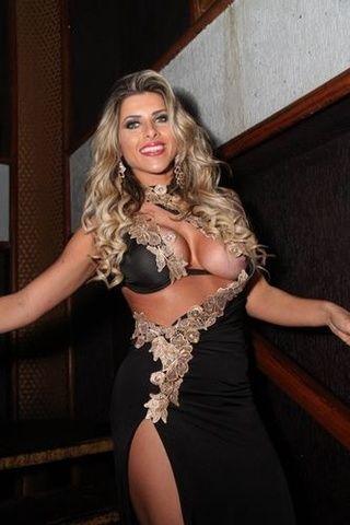 Famosa Ana Paula Minerato paga peitinho em lançamento da revista Sexy