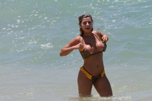 Famosa Ana Paula Minerato paga peitinho na Barra da Tijuca RJ