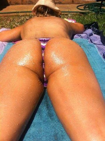 Esposa gostosa de bruços querendo marquinha de sol
