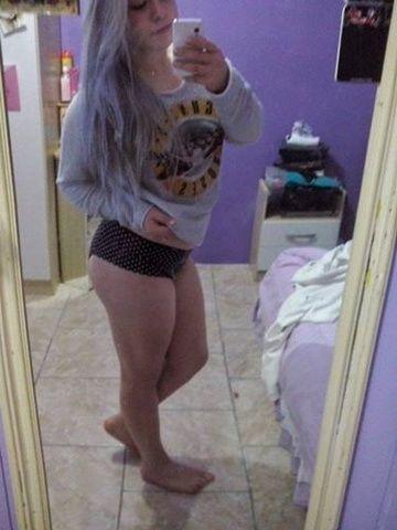 Loirinha branquinha tirou selfies mostrando pepeca molhada RS
