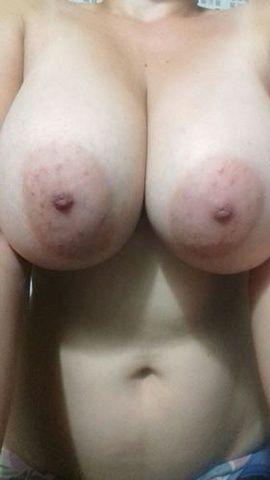 Novinha safadinha de São Paulo mostrando peitos grandes
