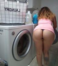 Foto namorada bunduda provocando pelada lavando roupa na lavanderia