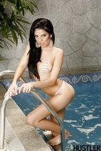 Fotos brasileira Fabiane Thompson posando topless na piscina