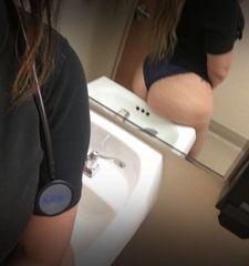 Fotos enfermeira paulista usando fio dental minusculo no banheiro do hospital SP