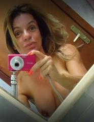 Fotos self mostrou peitos grandes no espelho do banheiro