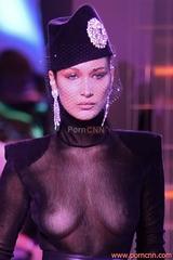 Fotos modelo Bella Hadid de roupa transparente pagando peitinho