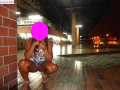Mulher de corno mostrou a buceta em lugares públicos