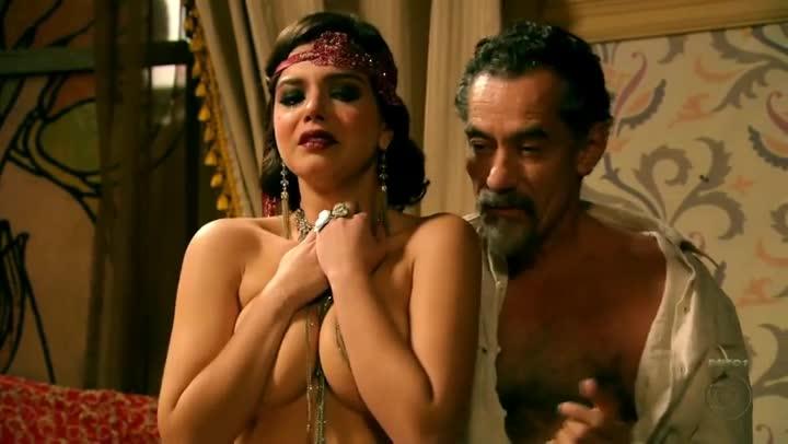 Atriz Giovanna Lancellotti apareceu pelada com peitos de fora em Gabriela
