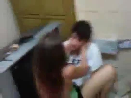 Caiu na net novinha de Minas Gerais na suruba com amigos no banheiro
