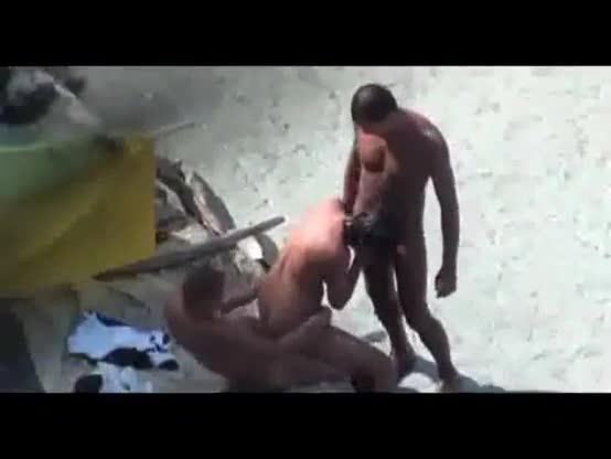 Flagra morena safada dando xereca pra dois na praia e foi filmada