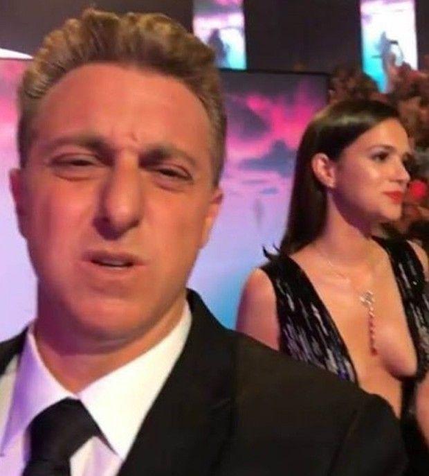 Flagra Bruna Marquezine com super decote no programa Caldeirão do Huck