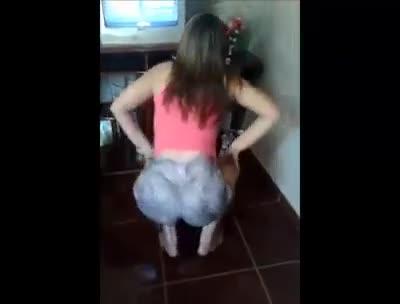 Vídeo novinha bunduda de shortinho socado dançando funk - RJ