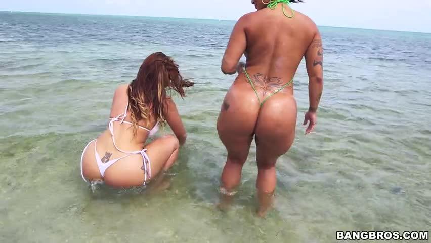 Spicy J e Miss Raquel agitando suas bundas gigantes na praia HD
