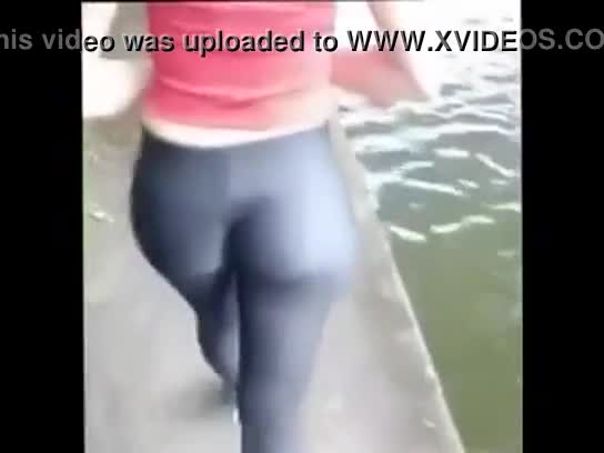 Vídeo brasileira gostosa com calça socada marcando sua bunda grande no Rio de Janeiro - Xvideos