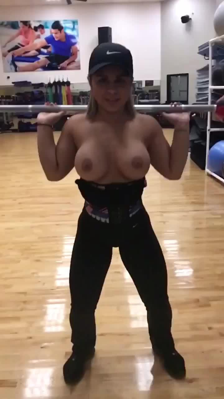 Video Crystina peituda treino de topless na academia Golds Gym