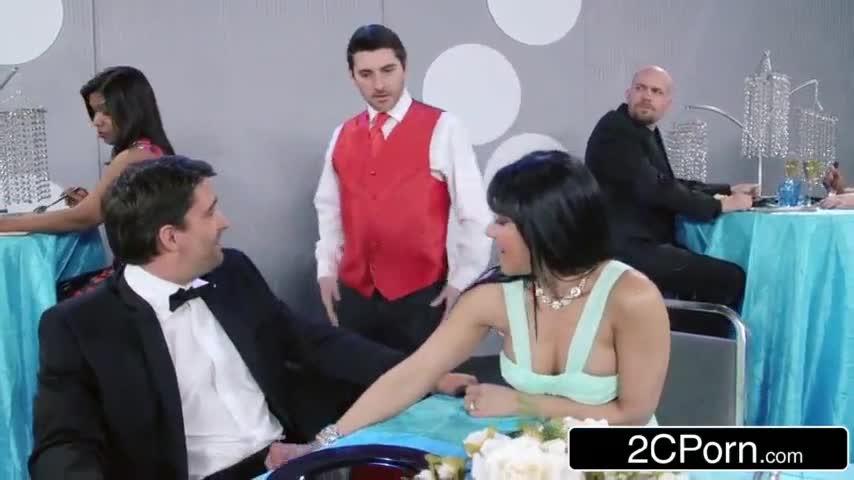 casal comemorando aniversario de casamento fodendo no restaurante