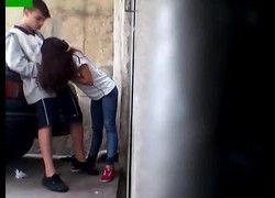 Flagrou aluna assanhada ganhando gozada atras da escola