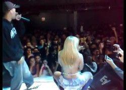 Vídeo Agnes Marchioni dançarina tirando roupa em show funk