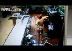 Flagra mulher doida de calcinha fio dental destruindo loja do Posto