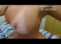 Vídeo para aqueles que adoram peitão bem de pertinho