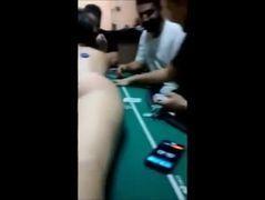 Vídeo rapaz apostou namorada bunduda no jogo de cartas
