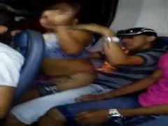 Bombou flagrou safada na suruba dentro do ônibus