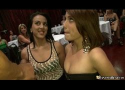 Vídeo mulheres amigas na suruba na boate de stripper