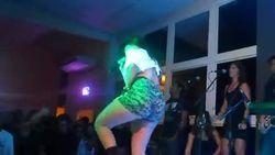Voyeur funkeira Anitta dando tapas na bunda de short mostrando polpa