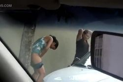 Filmando escondido mulheres mijando na rua no carnaval de Vila Velha