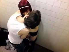Flagrou ruivinha branquinha na safadeza com amigo dentro do banheiro