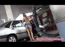 Novinha safada de short mostrando polpa da bunda no posto de gasolina