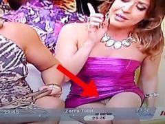 Atriz descuidada mostrando bucetinha sem calcinha em Zorra Total