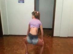 Novinha jeitosinha dançando funk de shortinho apertado no bumbum