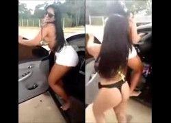 Vazou duas raparigas rabudas rebolando bunda na porta do carro