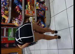 Exibicionismo esposa mostrando calcinha de vestido no mercado