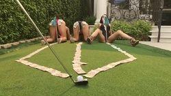 Milionário jogando golf com três gostosa de quatro de calcinha