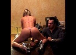 Vídeo branquinha gostosa de quatro fazendo magica pro macho