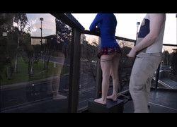 Casal de namorados fodendo na varanda de frente para avenida