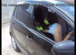 Caiu paulista gostosa de shortinho fazendo poses dentro do carro
