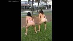 Flagra duas gostosas rebolando cuzão na rua em Belém do Para