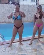 Funkeira Mulher Filé com amiga dançando Me Deu Onda de fio dental