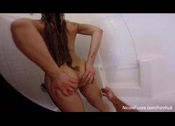 Peituda Nicole Aniston molhada fazendo sexo no chuveiro HD