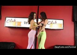Peitudas lésbicas Ava Addams e Dava Foxx guerra de bucetas no clube HD