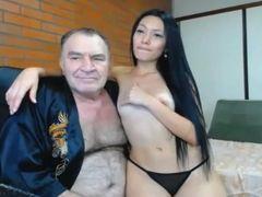 Vídeo velho tarado com puta gostosa recebendo boquete na webcam